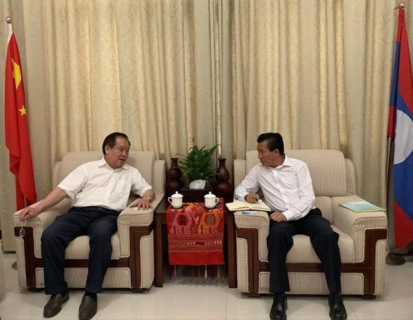 常务副理事长兼秘书长李振雄与老挝驻南宁领事馆副领事坎平亲切交谈