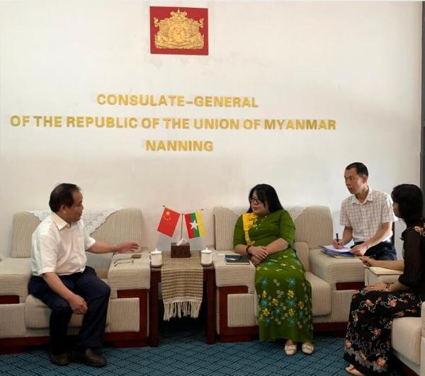 常务副理事长兼秘书长李振雄与缅甸驻南宁领事馆凯素琳领事(左二)及婷霞舞领事(右一)亲切交谈
